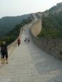 Na zdi. Můžete si všimnout, že na levé čínské straně je jen nízká zídka jako zábradlí, ale napravo na mongolské straně vybudovali hradby.
