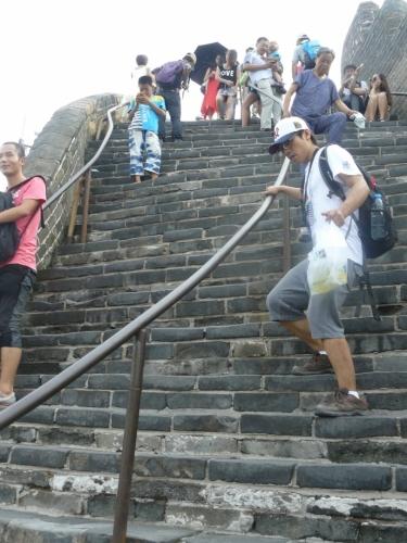 Ve strmých částech se jde po schodech a i ty někdy bývají příkré. Na fotce je zřejmě nejstrmější místo, jež jsem na zdi viděl.