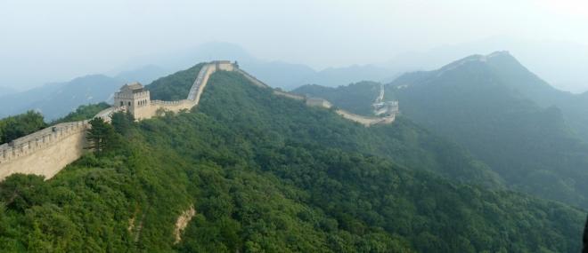 Panorama Čínské zdi vinoucí se po hřebeni