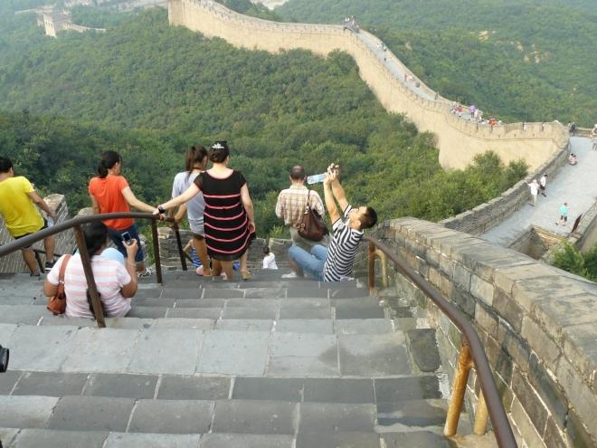 Nejstrmější úsek tentokrát shora. Ze sestupu mám taky větší respekt a našlapuji opatrně. Zajímalo by mě však, jak tento úsek překonávala zvířata, pokud je tedy k pohybu po čínské zdi používali.