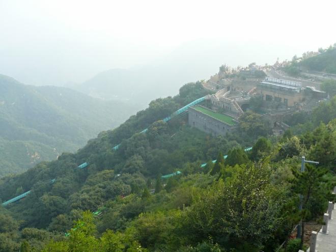 Turistické centrum s restaurací hned u zdi na hřebeni nabízí i bobovou dráhu, pokud by se třeba někdo cítil přesycen pohledy na Čínskou zeď