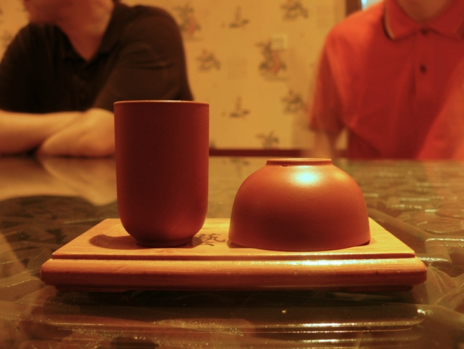 Vpravo kalíšek na pití (takový klasický, který lze vidět i v čajovnách v Česku) a vlevo kalíšek na vůni, jež mě překvapil
