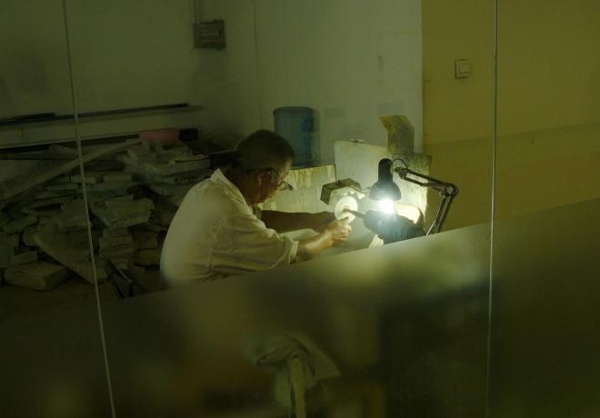 A také samotného umělce při práci. Jenom si připadám hloupě, že na něj koukáme přes sklo jako na opici v ZOO ...