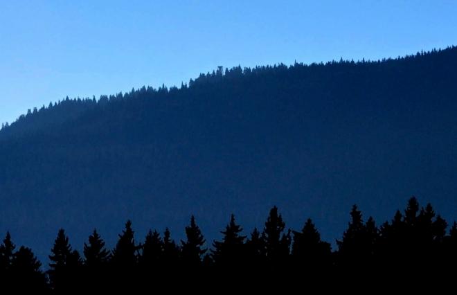 Poloha rozhledny od Veselky vypadá jako by ani nebyla na nejvyšším vrcholu hory.