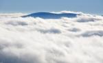 Ze Šumavy vystupuje nad rozvířenou mlhu jen nejvyšší český vrchol Plešného. Nepatrně je za ním vidět i alpský štít. Z vlastní zkušenosti, kdy jsem z rozhledny těsně před jejím otevřením viděl alpské vrcholky srovnané v řadě od východu až téměř na západ, musím potvrdit to, že je zde jedno z nejlepších míst pro pozorování Alp. Při ideální viditelnosti vás tak překvapí ohromující šíře záběru hor, kdy můžete pozorovat současně vápencové Alpy nedaleko Vídně i nejvyšší vrchol Německa Zugspitze.