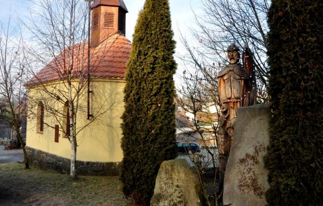 U kaple v Tažovicích je i tato dřevěná socha.