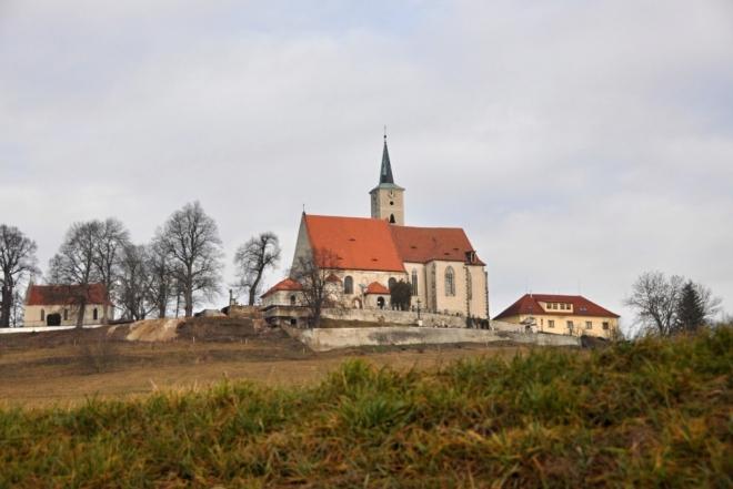 Kostel Nanebevzetí Panny Marie v Nezamyslicích pochází zřejmě z I. poloviny13. století. Z původní stavby se zachovala spodní část poměrně štíhlé věže, což dokládá spodní řada zvonových oken. Kolem roku 1390 proběhla náročná vrcholně gotická přestavba, kdy byl presbytář rozšířen do půdorysu rovnoramenného kříže s tím, že nový závěr je opět hranolový. Zvýšené západní pole (původní presbytář), křížové pole a obě ramena transeptu mají křížové klenby, východní pole je zaklenuto trojicí trojpaprsků na střední opěrák. Rozlehlost nového presbytáře se zdá napovídat existenci proboštství či jiné formy soustředění většího množství řeholníků. Patrně současně s novým presbytářem byly postaveny i obvodové zdi trojlodí.(viz. www.hrady.cz)