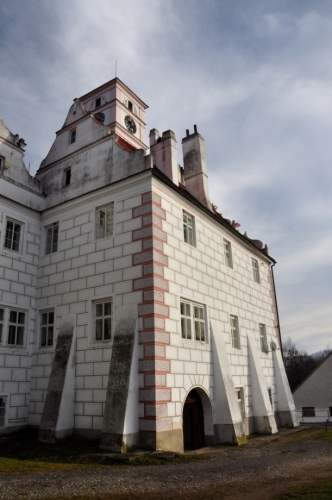 Na jižní, nádvorní straně severního křídla se dochovaly barokní sluneční hodiny. Západní křídlo, menší obdélná budova, se ke křídlu severnímu připojuje pouze svým severovýchodním nárožím. Je to rovněž dvoupatrová budova s vysokou sedlovou střechou a renesančními štíty nad oběma kratšími průčelími.