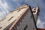 Ve východní části vybíhá ze střechy západního křídla hranolová schodišťová věž s hodinami, zakončená stanovou stříškou. Do věže jsme se dostali, bohužel točité schodiště končí zamčenými dveřmi.