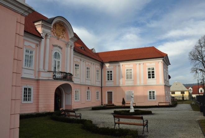 Zámek v Hrádku u Sušice. Rekonstrukce, která začala v roce 2000, rozzářila jak exterier, tak i interier zámku, stejně tak i přilehlý park. (http://www.zamekhradek.cz/zamekhradek/)