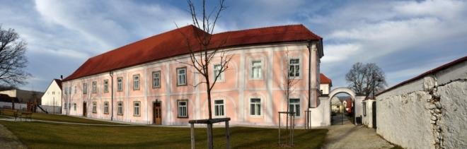 Od roku 1588 patřilo hrádecké panství pánům Račínům z Račína, kteří pravděpodobně po roce 1590 přestavěli středověkou tvrz na renesanční zámek. Rod Račínů vlastnil Hrádek do roku 1686. Po smrti Vojtěcha Arnošta Račína se majitelé na zámku rychle střídali.