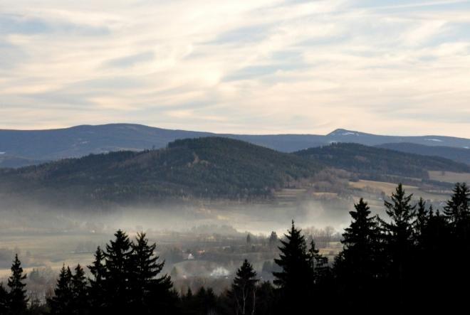 Kaltský vrch (757 m n. m.) a vzdálený Sokol (1253 m n. m.).