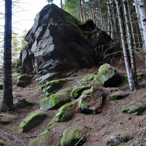 Nejvýznamnější doklady o starém dolování jsou patrné v terénu jižně od obce, směrem k východnímu úpatí vrchu Křížovka, kde je dosud zachováno 16 velkých obvalů, propadlin a hald 8 až 10 m vysokých. Toto pásmo se táhne od cesty z Pozorky k hájovně Žďár. Dědičná štola odváděla vodu z dolů na Křížovce do Kalného potoka, tekoucího do Svojšic. Na uvedené obvaly navazuje řada rýžovnických sejpů v pásmu dlouhém asi 300 m. Ke Křížovce směřuje ještě další pásmo propadlin a to od silnice do Mokrosuk. Toto menší pásmo je jihovýchodně od obce. Severovýchodně od Křížku při cestě do Lešišova je osamělá halda a u cesty do Drouhavče jsou dvě asi 3 m hluboké propadliny s haldou.( http://slon.diamo.cz/hpvt/2003/sekce_t/T07%20Bernard.htm)