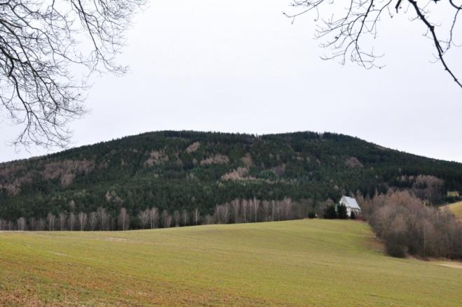 Borek (859 m n. m.) s kostelem sv. Máří Magdalény.