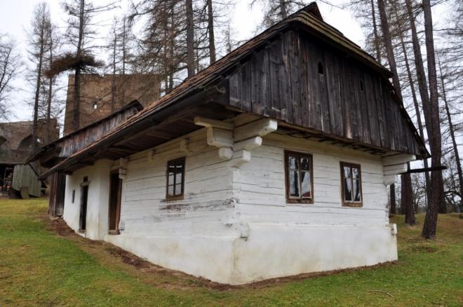 Skanzen u hradu je volně přístupný a skvěle po podhradí hodí.
