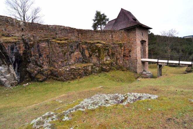 Vstupní věž s mostem.