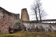 Z opačné strany vynikne mohutnost hradních zdí nad příkopem.