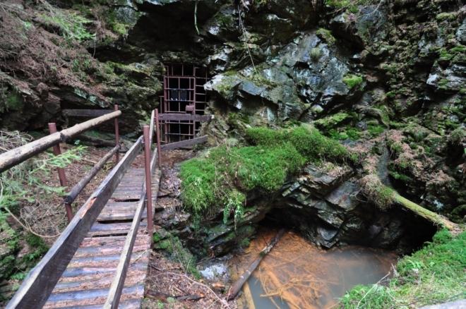 Rýžovnické sejpy jsou téměř v nepřetržité řadě podél Ostružné od Velhartic ke Kolinci. Na hlubinných dolech bylo dobýváno zlato a stříbro již ve 13. století, což dokládají staré doly na na úbočí kopce Borku (Jáma Trojice, Nálezná III a štola sv. Martina) a v okolí osady Horního Staňkova. Rozvět dolování spadá do období poloviny 16. století, kdy byla v údolí Ostružné postavena stříbrná huť. Koncem 16. století nastal úpadek dolování a již nikdy k oživení nedošlo.