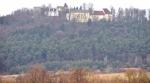 Klenová se objeví již při příjezdu do Janovic nad Úhlavou od Strážova. Ani dnes není počasí nijak vstřícné.