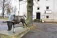Nedaleko historické sýpky stojí bronzová socha býka.