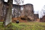 Zapomenutá obří dělová koule může být symbolem dobývání hradu, stejně tak připomínkou na Švanderlíkovu knihu Černí baroni. Ostatně i dnes z podhradí slyšíme neustále střelbu.