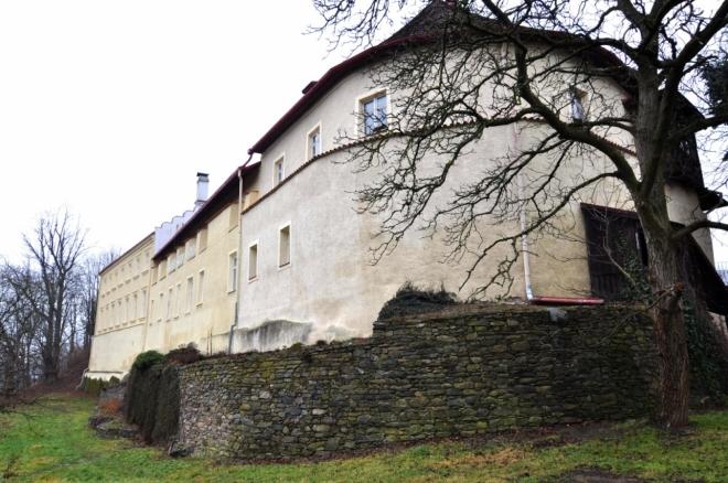 V 19. století na jihu zasypán příkop, podél vnějšího opevnění vyzdvižen zámek v historizujícím slohu (po 1832, hrabě Stadion-Thannhausen) a hradní ruina romanticky upravena. Za dalšího majitele V. Veitha zámek dekorativně vyzdoben J. Navrátilem.