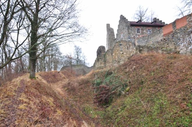 V letech 1420 - 1465 vlastnil rodové sídlo Přibík z Klenového, proslulý válečník, jedna z nejvýznamnějších osobností tehdejšího politického života. Během husitských válek se mu podařilo obsadit Stříbro, jež delší čas držel a za jehož postoupení posléze získal značně panství, zejména Volyňsko a Protivín. Tento čin se zapsal do análů husitských válek jako jedna z nejvýznamnějších událostí této bouřlivé doby. Účastnil se též obléhání Plzně, zároveň prý obležené tajně zásoboval. Vedle různých diplomatických služeb českým králům je příznačný i jeho výpad do Bavor v roce 1450, kde uloupil 600 kusů dobytka a koní. K jeho osobě se též váže pověst, zaznamenaná Václavem Hájkem z Libočan. Podle ní roku 1447 zajal dva polské mnichy, cestující do Bavor, kvůli podezření, že do Říma nesou zprávy, zaměřené proti kališnickému biskupovi Janu Rokycanovi. Krutě je mučil a posléze - aby mučení nevyšlo najevo - je nechal umořit hlady v již zmíněném hradním vězení v hranolové věži. Nejvýznamnějším stavebním činem Přibíka z Klenového bylo další posílení fortifikace. Na nejvíce ohrožené straně, přivrácené k východu, byl svah staršího valu obezděn mohutnou zdí, před ní byl vyhlouben druhý příkop a navršen další val. Tento systém se dodnes zachoval severně od hradu. Podél přístupové cesty a na tak zvané jižní zahradě však byl příkop zasypán a val rozmetán. Nové opevnění bylo progresivní zejména proto, že na koruně opevnění, přístupné z vlastního hradu po rampách, bylo možno manévrovat s děly. Bašty byly přistavěny až dodatečně v pozdní gotice a obezdívku zřejmě mírně přečnívaly. Kromě své vojenské funkce sloužily jako opěrné konstrukce postupně se vychylujícího zdiva. Severní část se zhroutila a byla znovu vybudována až v devatenáctém století v poněkud atypickém tvaru. Podél jižní části, dnes skryté v tělese zámku, se nacházely užitné budovy.