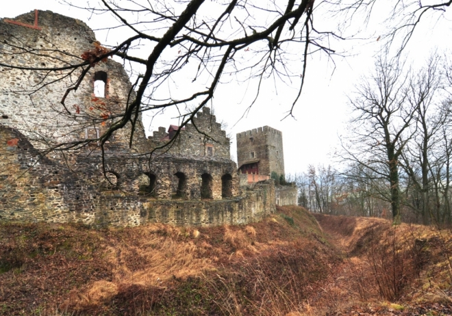 V 19. století byla Klenová kromě několika hospodářských stavení v předhradí zcela zpustlá. Roku 1832 panství zakoupil hrabě Josef Filip Eduard Stadion-Warthausen und Thannhausen. Jeho rodina vlastnila nedaleké panství Trhanov, on sám panství Chlum u Třeboně. Hrabě Stadion započal obnovu Klenové v duchu dobového romantismu. V prostoru jižního opevnění vybudoval zámek, do kterého zahrnul starší stavby, což určilo jeho podobu, sestávající ze tří zřetelně oddělených částí. Z nich nejpozoruhodnější je část západní, kde se nacházelo reprezentativní sídlo majitele, která byla vyzdobena v novogotickém slohu jako jeden z velmi časných příkladů jeho užití v Čechách.(viz www.gkk.cz/cs/hrad-a-zamek/historie/)