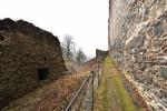 Na ochoz, který vede okolo hradu se dostáváme krátkým prudkým výstupem. Vstup dovnitř nám to bohužel neumožní. Budeme si muset počkat na sezónu, kdy jsou prováděny prohlídky hradu, zámku i galerie.
