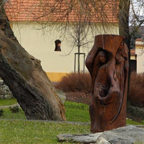 Cehnice jsou místem této dřevěné sochy, od které začInáme naše tříhodinové putování.