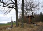 Křížek u kraje lesa.