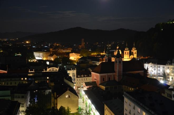 Historické centrum Lublaně se ovíjí ve tvaru podkovy kolem Hradního vrchu (Grajski grič), toto je jeho severní část.