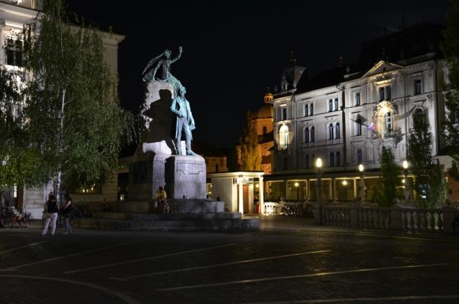 Rozkopanou Čopovou ulicí jsme přišli na Prešerenovo náměstí (Prešernov trg), pojmenované podle básníka France Prešerena, který zde má velký památník s bronzovou sochou.