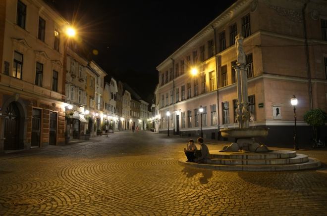 """Zmíněná """"ulice"""", jejíž první polovina se nazývá Městské náměstí a druhá Staré náměstí (Stari trg), končí na tomto prostranství, které už radši nijak nazývat nebudu, aby v tom nebyl úplný zmatek. Nyní se díváme do ulice zvané Horní náměstí (Gornji trg)."""