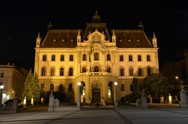 Na náměstí se nachází také hlavní budova Univerzity v Lublani. Největší slovinská univerzita je na Slovinsko možná překvapivě rozsáhlá, vzdělává se zde přes šedesát tisíc studentů.