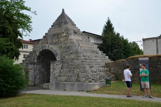 Část univerzitního areálu lemují pozůstatky hraniční zdi římského vojenského tábora Emona, který zde byl vybudován počátkem našeho letopočtu. V rámci rekonstrukce antických ruin vymyslel Jože Plečnik tuto pyramidu, při jejíž stavbě našly využití některé Římany opracované kameny nalezené v okolí.