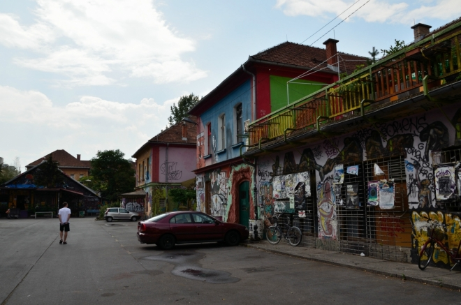 Čtvrť je pojmenována podle Metelkovy ulice, která jí prochází. Už od první chvíle je jasné, že jsme vstoupili do nějakého zvláštního světa.