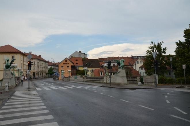 O kus dál přecházíme po Dračím mostu (Zmajski most) na levý břeh Lublaňky.