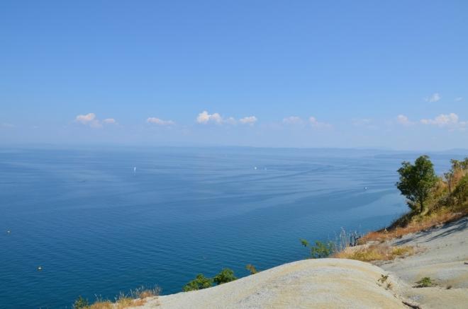Vyšší útes byste na slovinském pobřeží nenašli, skála zde vystupuje osmdesát metrů nad moře.