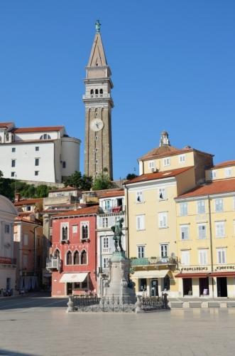 Nad městem nelze přehlédnout věž kostela svatého Jiří, tam nahoru se teď úzkou středověkou uličkou vydáme.