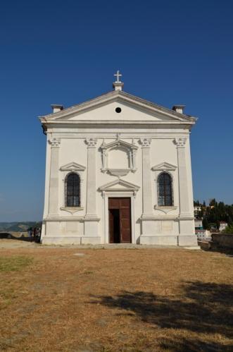 Současná budova kostela svatého Jiří pochází ze 17. století. I když jsem fotil poměrně zblízka, doteď se divím, že vysoká věž není na snímku vůbec vidět.