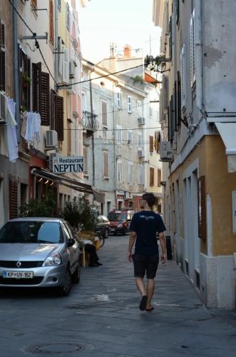 Opustili jsme věž a vracíme se na zastávku. Tuto ulici poblíž přístavu jsem si prošel individuálně.