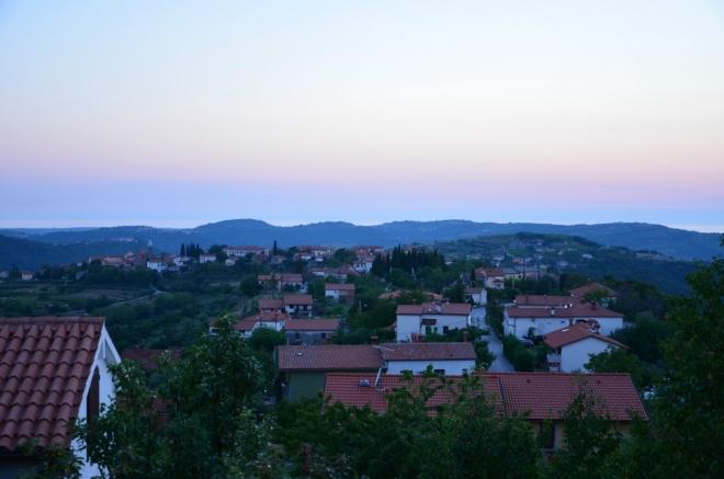Dnešní noc strávíme ve velkém rodinném domě, jehož poloha nad zbytkem vesnice je ideální pro různé výhledy. Koper si nechám na ráno, ale Šmarji za soumraku jsem si ještě vyfotil.