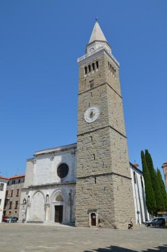 Dominantou náměstí je kostel Nanebevzetí Panny Marie vybudovaný ve 12. století, zejména pak jeho vysoká věž.