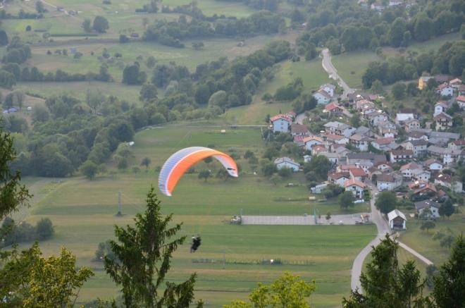 Paraglidisté to už po přistání pro dnešek zabalí.