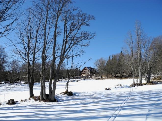 Horský hotel Alpská vyhlídka jen míjíme a nepříjemným sjezdem sjíždíme na Furík a Knížecí Pláně.