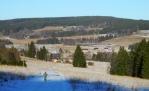 Sjezd k Borové Ladě ukazuje v plné nahotě holé stráně s posledními zbytky sněhu.
