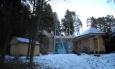 Přes zimu je síť sundána a areál, který se nachází v bývalém lomu, uzavřený.