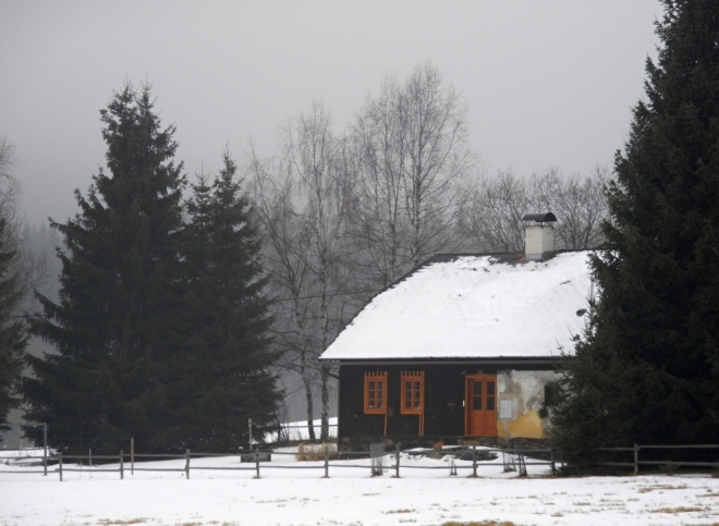 Svinnou Ladu projdeme směrem k Novým Hutím celou. Okolo se snáší mlha a my jsme rádi, že dnes na nohou nemáme běžky. Dnes na ně podmínky nejsou, vše je umrzlé.