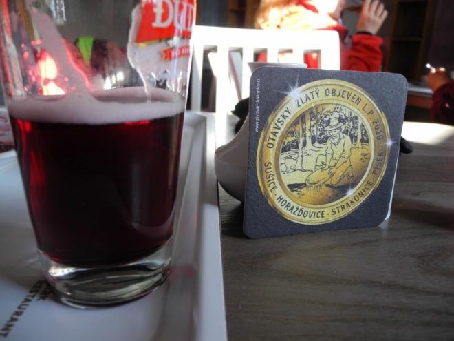 Borůvkové pivo z Dudáka. Za ochutnání stojí, ale přece jen zůstanu příště u klasického.